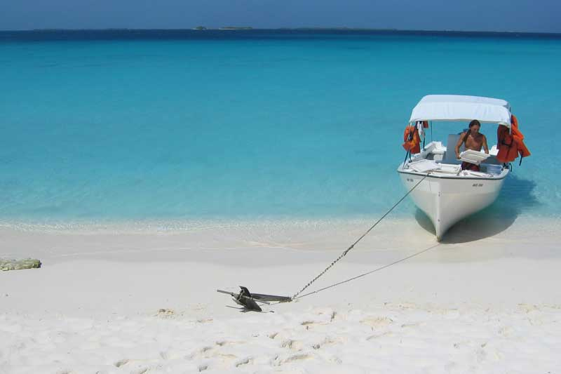 Los_Roques_beach_and_boat